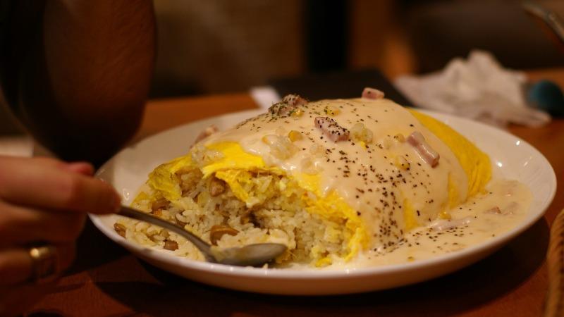 Première bouchée d'une bonne omelette japonaise : l'omerice - Shuichi Aizawa