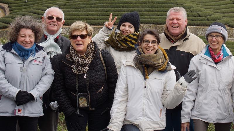 Le groupe du tour pilote en mars devant les plantations de thé de Wazuka-cho