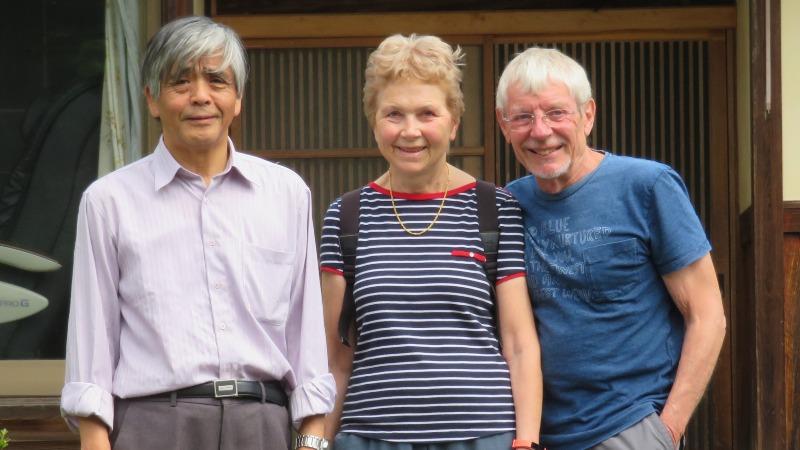 Myriam et Serge avec leur hôte devant la maison japonaise