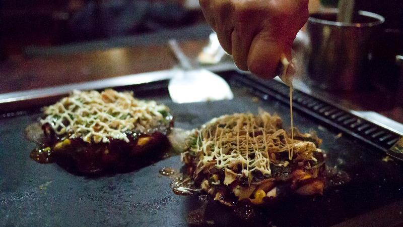 Dernière touche du chef sur les okonomiyaki, un petit peu de mayonnaise ! - Hajime Nagahata